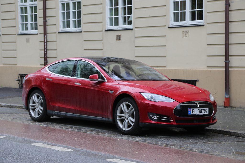 Est-ce que Tesla va survivre à l'offensive massive des grands constructeurs ?